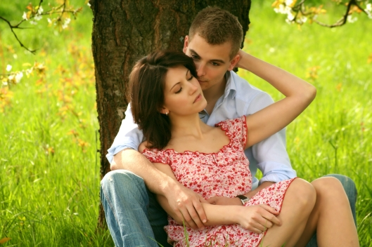 boy_girl_tree_grass_80568_3456x2304_romantic-relationship.com