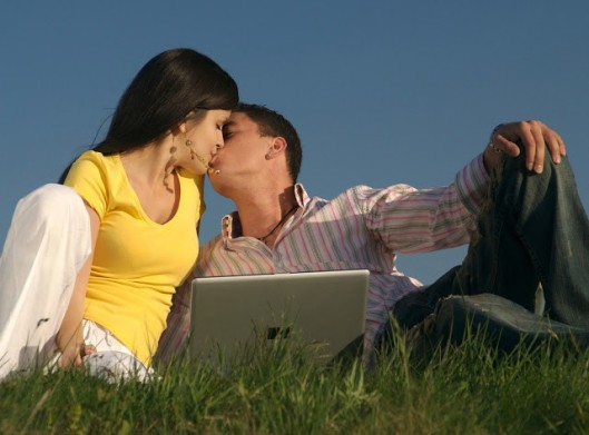 couple_in_love__kiss-of-love_romantic-relationship.com